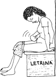 una mujer se da golpecitos en el bajo vientre mientras se sienta en la letrina.
