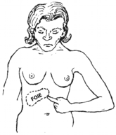 une femme montre où se trouve son foie, sur le côté droit en haut du ventre