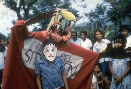 ALT= una escena de la obra donde el niño es capturado por el monstruo