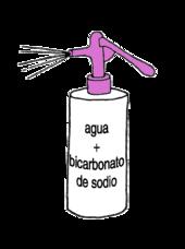 una botella rociadora llena de bicarbonato de sodio y agua